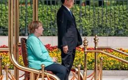 Thủ tướng Angela Merkel lại gây đồn đoán về sức khỏe khi ngồi ghế duyệt đội danh dự