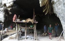 Vợ chồng già sống trong hang đá