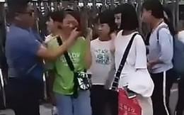 Giáo viên chặn nữ sinh tại cổng trường, dùng khăn lau sạch phấn trang điểm