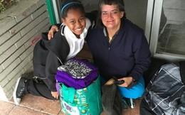 Cô gái nhỏ may túi cho người vô gia cư