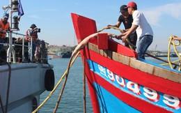 Đưa 6 ngư dân về đất liền an toàn sau nửa tháng tàu hỏng trôi dạt trên biển