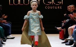 Mẫu nhí không chân tự tin trên sàn catwalk Paris