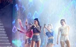 Đông Nhi tắm mưa trên sân khấu