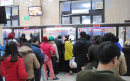 Xếp hàng mua vé tàu ở ga Hà Nội