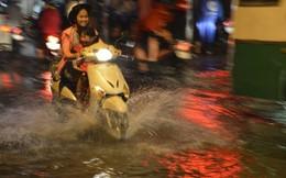 Người Sài Gòn 'rẽ sóng' về nhà sau trận mưa cực lớn