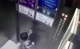Lạnh gáy cảnh bé 2 tuổi một mình trong thang máy trước khi tử vong