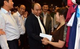 Thủ tướng lội nước thị sát tình hình lũ, thăm hỏi đồng bào ở Hội An