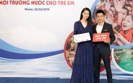 Vợ chồng Hoa hậu Dương Thùy Linh ký tên ủng hộ chống đuối nước cho trẻ em