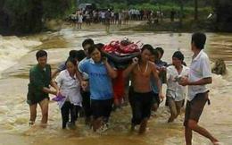 Hàng chục người vượt lũ lớn đưa 1 phụ nữ bị nạn đi cấp cứu