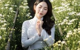 Á hậu Yan My như nữ sinh với áo dài trắng trong vườn cúc họa mi