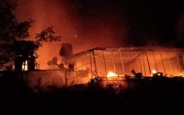 Hà Tĩnh: 3 ngôi nhà bốc cháy dữ dội trong đêm
