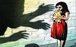 Khởi tố thiếu niên lợi dụng chơi bài hiếp dâm hai bé gái