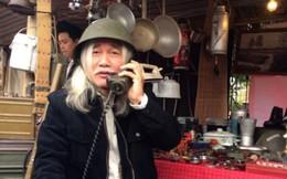 Phạm Xuân Nguyên đội mũ sắt phòng không hòa mình vào Hà Nội xưa