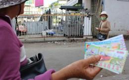 Cứu trợ bão số 12 ở Phú Yên: Có những đồng tiền bán vé số thấm mồ hôi