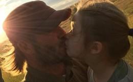 """Beckham hứng """"gạch đá"""" vì hôn môi con gái rượu"""