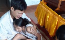 Cô giáo tử nạn khi đi coi thi: Xót thương 2 đứa trẻ ngơ ngác bên linh cữu mẹ