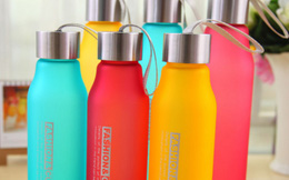 Mua bình nước: Chọn nhựa hay thủy tinh?