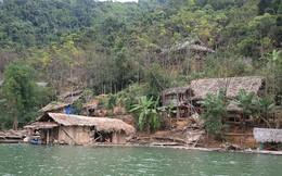 Ngôi làng biệt lập và những đứa trẻ đi học 'nhờ' ở hồ thủy điện Bản Vẽ