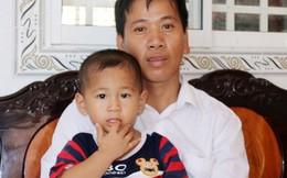 Bé trai văng khỏi bụng mẹ đón Tết với cha trong ngôi nhà mới