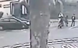 Người phụ nữ bị xe tông như phim hành động