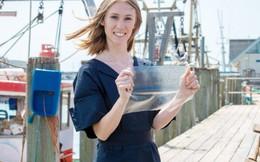 Cô gái đoạt giải với sáng chế túi nhựa làm từ da và vảy cá