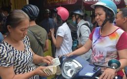 Chen chân mua bánh mì nướng muối ớt ở Sài Gòn