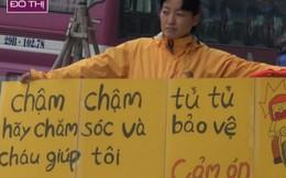 Người mẹ Hàn Quốc cầm biển chặn dòng xe leo vỉa hè Hà Nội