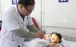 Chơi trò phi dao, bé 10 tuổi bị thủng mắt