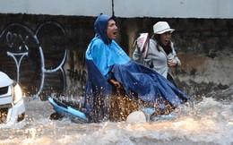 Người Sài Gòn vật lộn với mưa lụt, hôm nay học sinh được nghỉ học