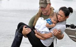 Bức ảnh cứu hộ mẹ con gốc Việt lay động thế giới