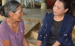 Chủ tịch Hội LHPN Việt Nam Nguyễn Thị Thu Hà sẻ chia với phụ nữ vùng lũ Hương Khê