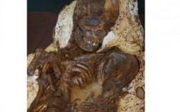 Hóa thạch 'mẹ ôm con' từ 4.800 năm trước