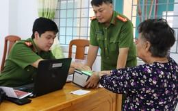 Chiến sỹ công an tới tận nhà làm thẻ căn cước cho người dân