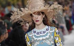 """Mũ khủng lồ, mặt nạ siêu dị """"thổi bùng"""" Tuần lễ thời trang Paris"""