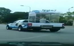 Phạt nguội xe bán tải 'nhốt' người đẹp diễu phố