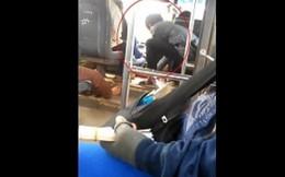 Tài xế vừa lái xe bus vừa đánh bài