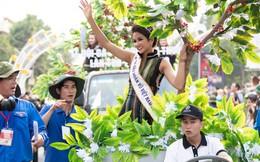 Hoa hậu H'Hen Niê được cổ vũ nồng nhiệt khi diễu hành ở Lễ hội Cà phê