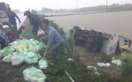 Xe ô tô chở cơm hộp của Hội phụ nữ trên đường đi tiếp tế bị lật