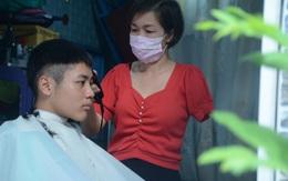 Người phụ nữ chỉ có một tay làm nghề cắt tóc