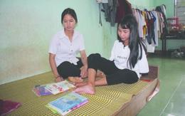 """Cô học trò nghèo """"vẽ"""" ước mơ bằng đôi chân"""