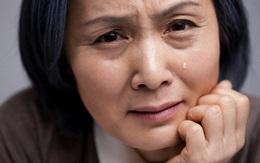 Đưa bạn gái mới về ra mắt, mẹ tôi nhìn chằm chằm cô ấy rồi bỗng dưng bật khóc nức nở
