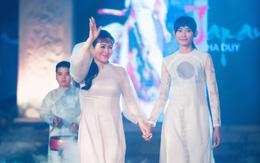NSND Minh Hòa trình diễn áo dài Hà Duy