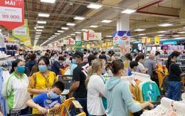 Người dân TPHCM đổ xô đến siêu thị mua lương thực, thực phẩm trước giờ giãn cách xã hội