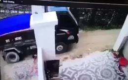 Bố lùi xe tải vô tình cán con trai 2 tuổi tử vong