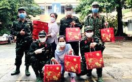 Công chức TPHCM tham gia phòng chống dịch không kể ngày đêm, mưa gió