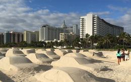 Hình ảnh điêu khắc như thật mô tả cảnh tắc đường ở bãi biển Miami