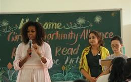 Bà Michelle Obama trò chuyện với nữ sinh tại Long An