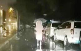 Chồng rọi đèn cho vợ đi chiến đấu với bệnh dịch ở Vũ Hán