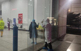 Chị em nữ y tá 9x tham gia chống dịch Covid-19 động viên nhau qua cửa kính