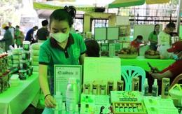 TPHCM: Người nội trợ thích thú mua sản phẩm diệt khuẩn trong mùa dịch tại Phiên chợ xanh tử tế